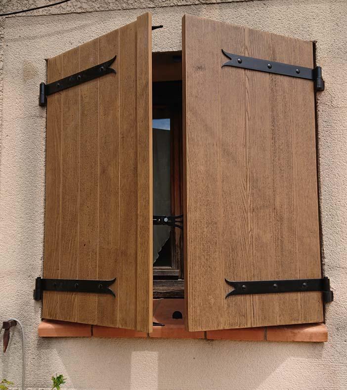 Volets battants traditionnels isolants imitation bois - Les Volets du Soleil